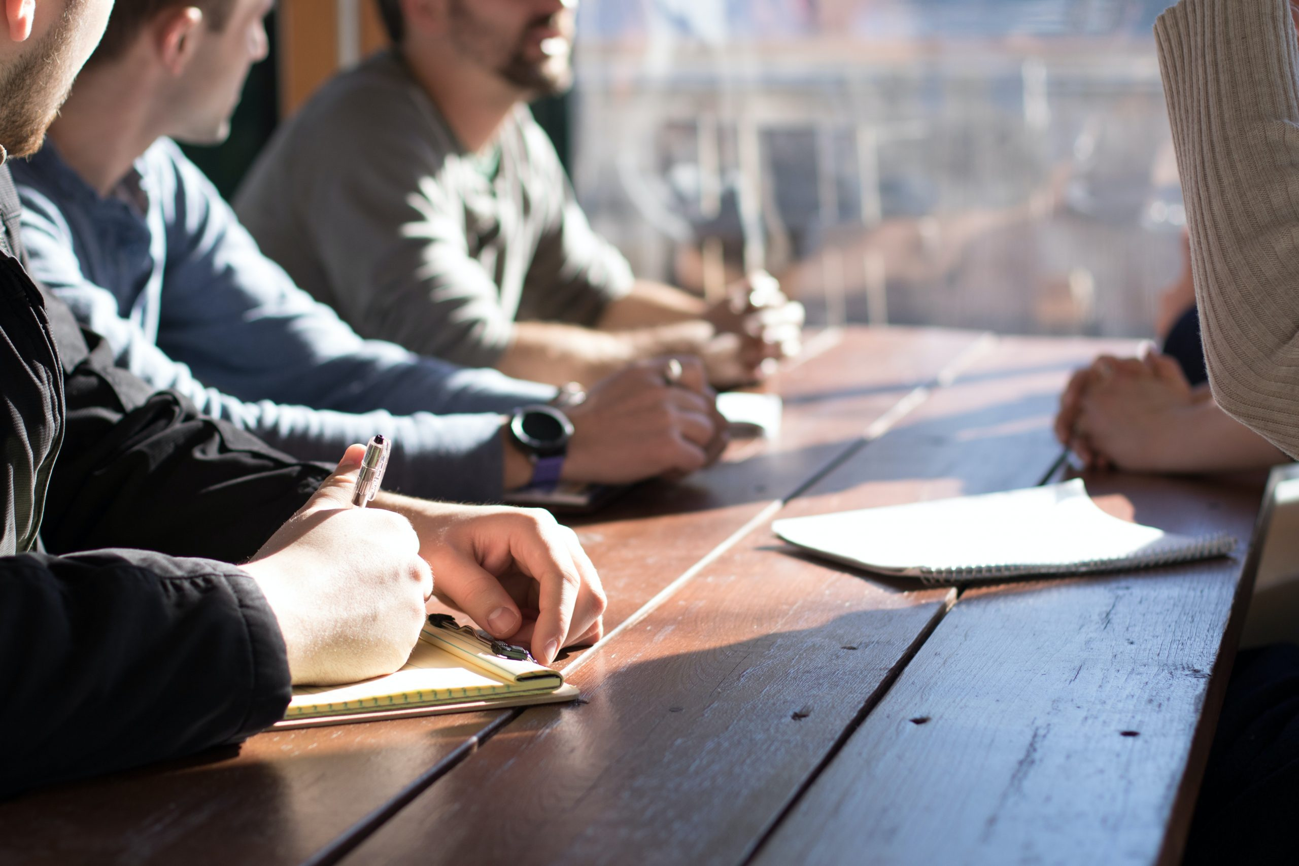 Mennesker ved et bord – kdylan-gillis-KdeqA3aTnBY-unsplash skal kreditteres